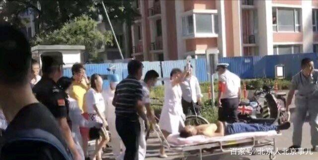 北京一男子倒地不省人事,美女双膝跪地人工呼真的美女图片图片