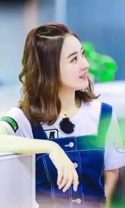 30岁的赵丽颖换了新的编发发型,年轻十岁的编高马尾绑紧图片