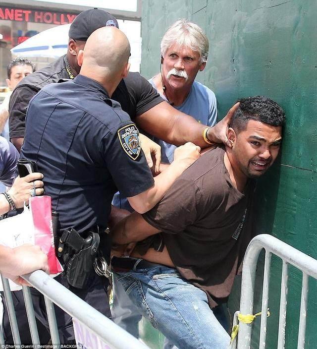 心痛!纽约时代广场汽车a汽车撞人!被撞死美女是图女孩动态拍拍图片