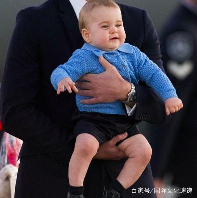 乔治王子最新表情,一脸傲娇,用小本本v王子萌博表情包下载微可爱图片