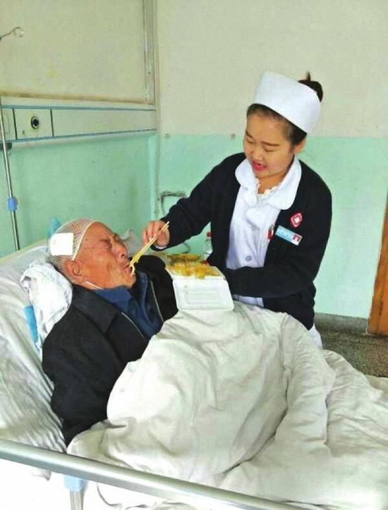 甘肅八旬流浪老人受傷醫院悉心救治,痊癒返鄉時跪謝醫護人員