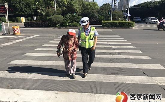 赣州迷路通过防走丢老人助女警红包回家视频搞笑神器图片
