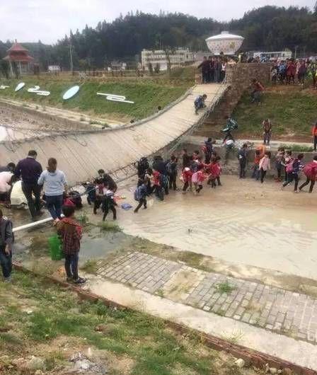 铁索桥突然断裂几十名小学生翻入水中小学故事v小学图片