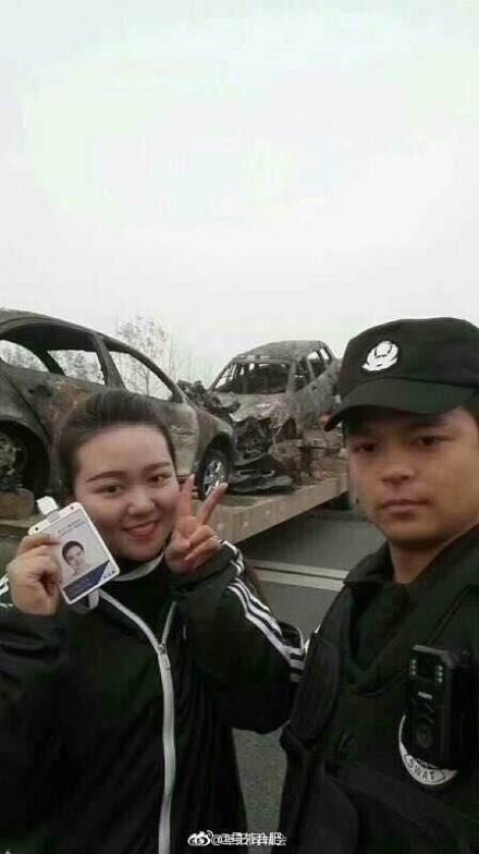 安徽交通事故致18死 女主播現場比V微笑合影被解聘
