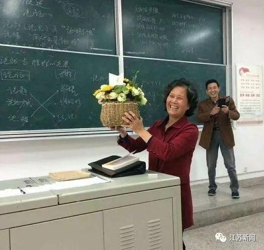 女老師即將退休 老伴專門跑來課堂給她送花