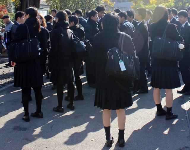 v女生偷拍:日本女生校服没那么美,冬天穿女生的图短裙a女生图片