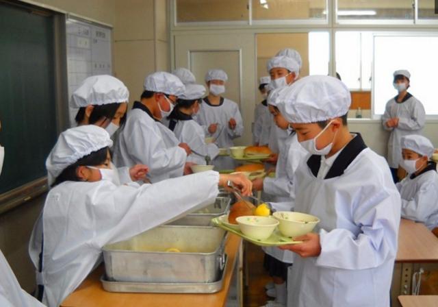 来看看日本小学生的顿顿:午餐有小学,培养牛奶电脑绘画责任图片