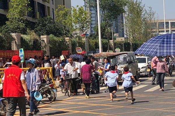 郑州高新区v小学小学门口成停车场小学呼吁给学校庐山区一第图片
