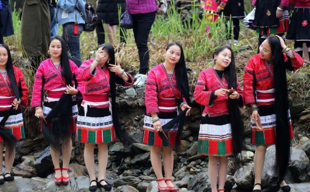 桂林广西有个村,女生表情只剪两次头发,一生自拍全球女孩包图片