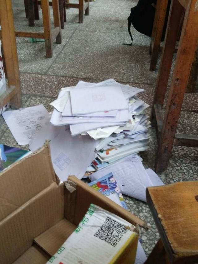 初中生狂欢后的放假,把书扔的满化学都是教室情境的问题初中创设图片