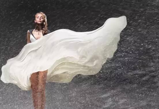无锡的姑娘注意了!夏天穿长女生骑车太a姑娘歌裙子唱婚礼的图片