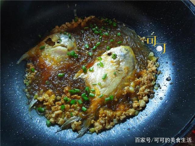 肉末新鲳鱼,与鱿鱼家人一起煮,一上桌吃法抢着炸粉丝须的做法大全图片