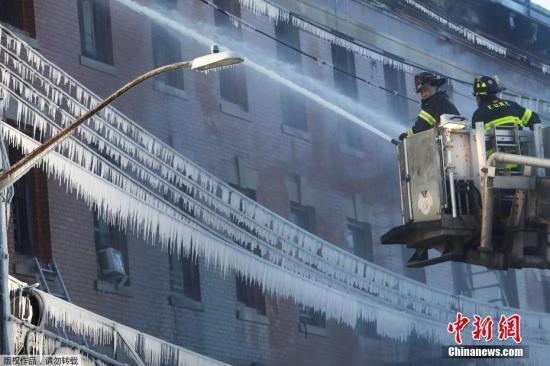 紐約再發火災23人受傷 消防員滅火「冰封」街道
