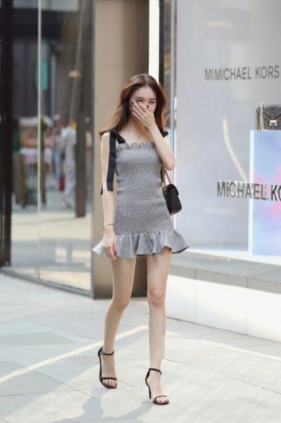 街拍:时尚女人穿紧身裙,细腰长腿,真是个顶个的美女屏解锁锁图片