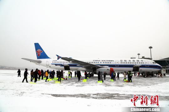 大連機場航班因降雪大麵積延誤 近萬名乘客出行受阻