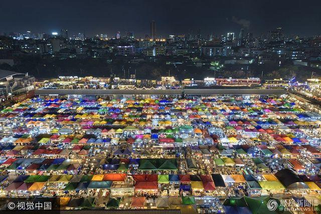 俯拍曼穀夜市 色彩鮮豔如巨大花棉毯