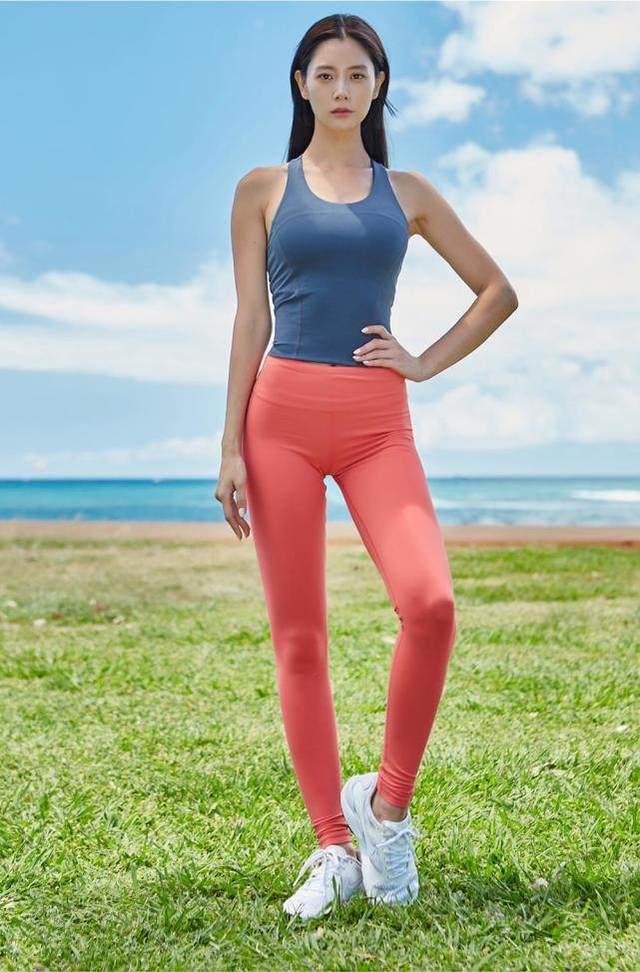 澳门银河网站:高腰紧身裤使得女性的优雅气质和慵懒性感交织在一起!