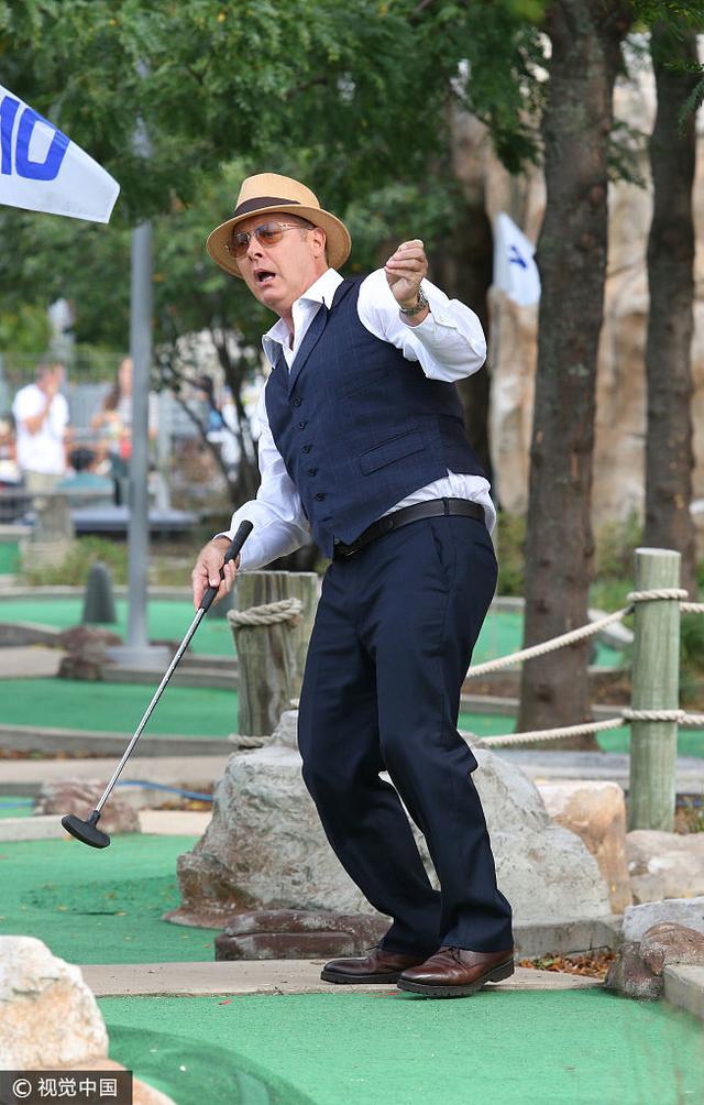 詹姆斯斯派德戴遮阳帽打高尔夫变表情蹲表情包骑摩托车动态图片图片
