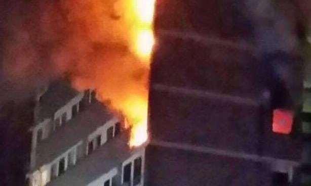 英國一座高層公寓樓突發大火 至少4人被送往醫院