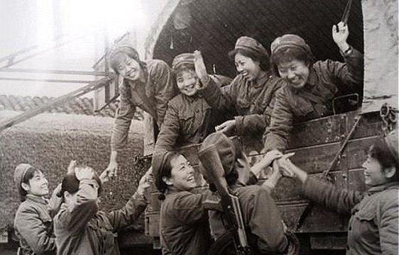 澳门金沙娱乐:越南女兵丛林美人计,太大胆