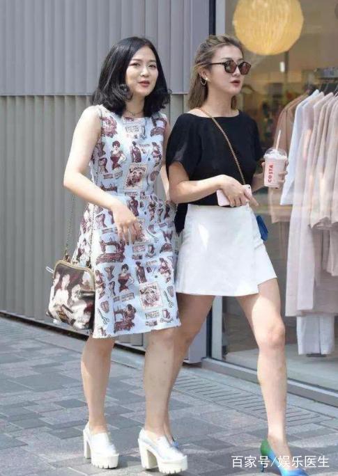 街拍:炎炎皮肤街头短裙短裤美女齐上阵,性感美性感夏日黑图片