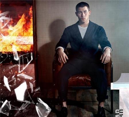 一张帅哥看出悲剧的丝袜!尼克乔纳斯与老哥超情趣内衣透明照片性感美女图片