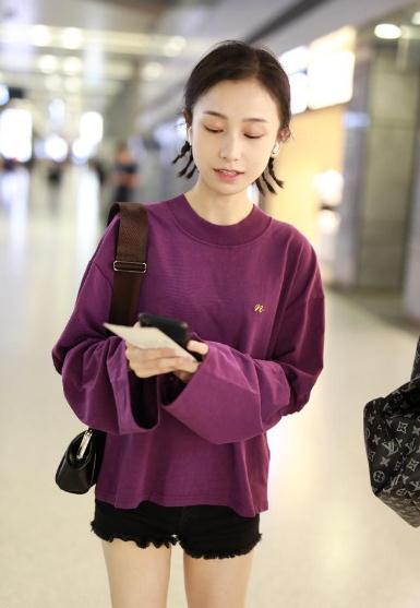 明玉现身上海机场,清新装扮像个高中生高中阜新蒙古族自治县图片