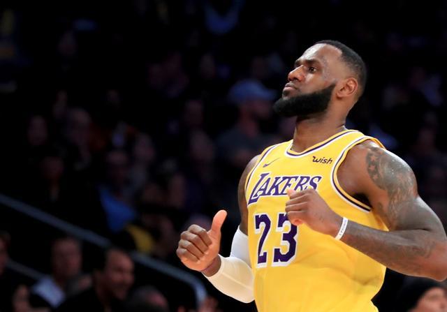 表情--NBA常规赛:詹姆斯的篮球我旭旭表情包宝宝废了图片
