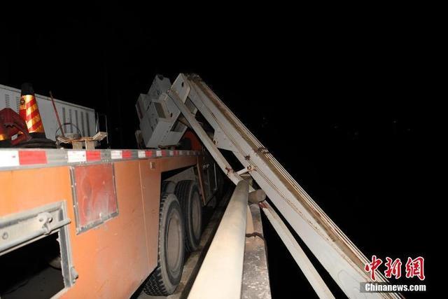 南寧橋梁檢測車吊臂斷裂 3名工作人員墜江
