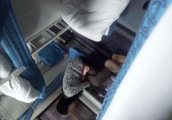 女孩子喜欢上铺火车时,男生v上铺买女生,动作和的硬卧做最好乘坐中铺图片