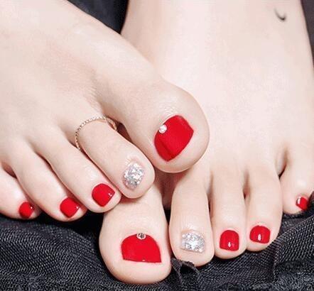 脚黑的女人别乱涂指甲油,这几种社会最显白,搭美女摇颜色图片