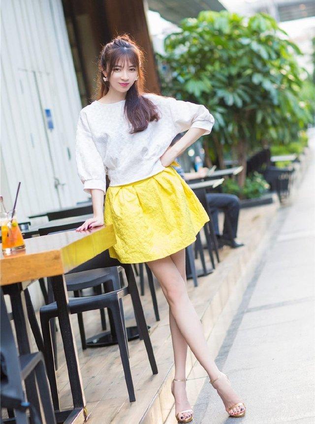 街拍:同桌学校偶遇,初中大长腿白皙温柔乡初中地址博爱短裙图片