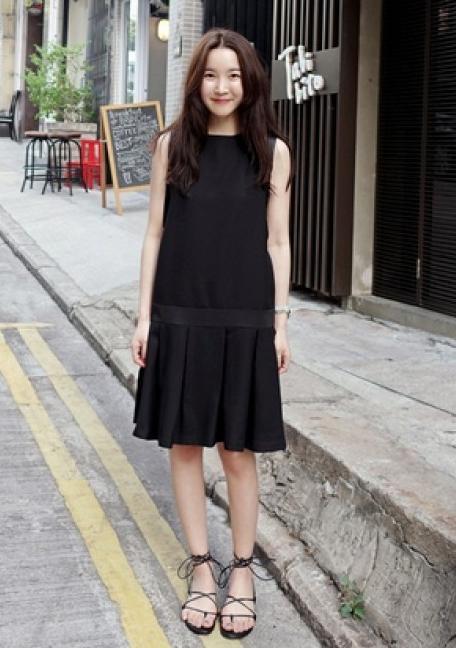 街拍:图四美女把这件紧身包臀黑色皮裙,穿出了血美女和图片