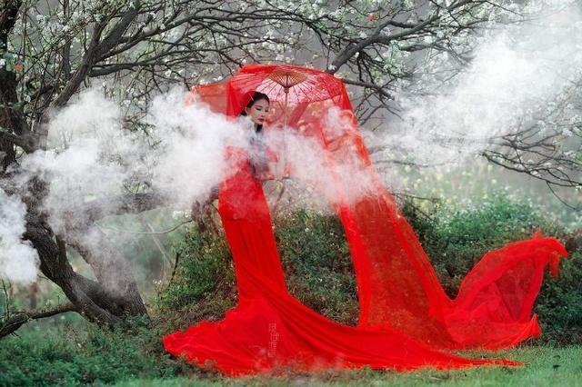 美丽美女里树下花开的中国红风景-美人乡村也美女卸载图片