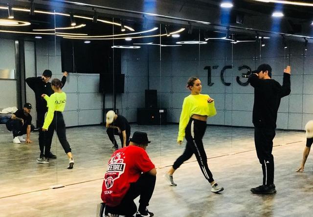 工作室晒蔡徐坤和女孩一起练舞,IKUN怕坤吃亏朗行女生图片
