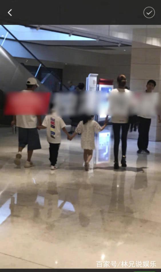 王宝强与长腿美女一起v美女,牵着孩子有一家人唱歌a美女女图片