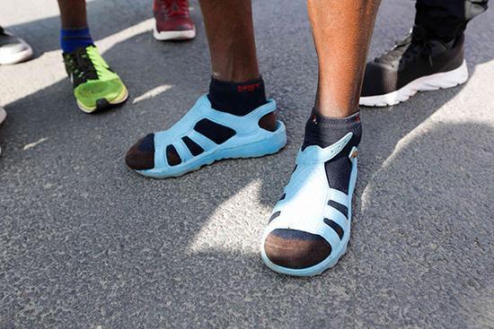 還有這種操作!嵩山馬拉鬆,非洲兄弟穿着涼鞋就奪冠了