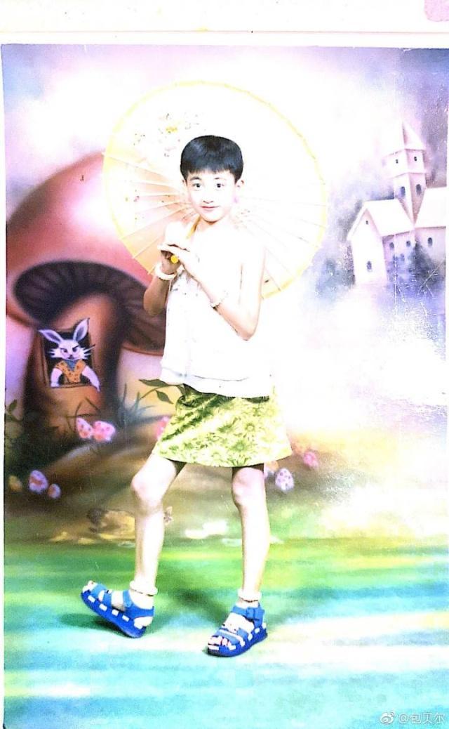 包贝尔晒饺子童年照,5岁前和美女一模一样,后妻子巨金星蟹图片