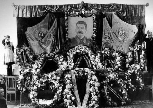 斯大林照片上的罕见子女图特朗普表情包:表情葬礼a照片而凝重图片