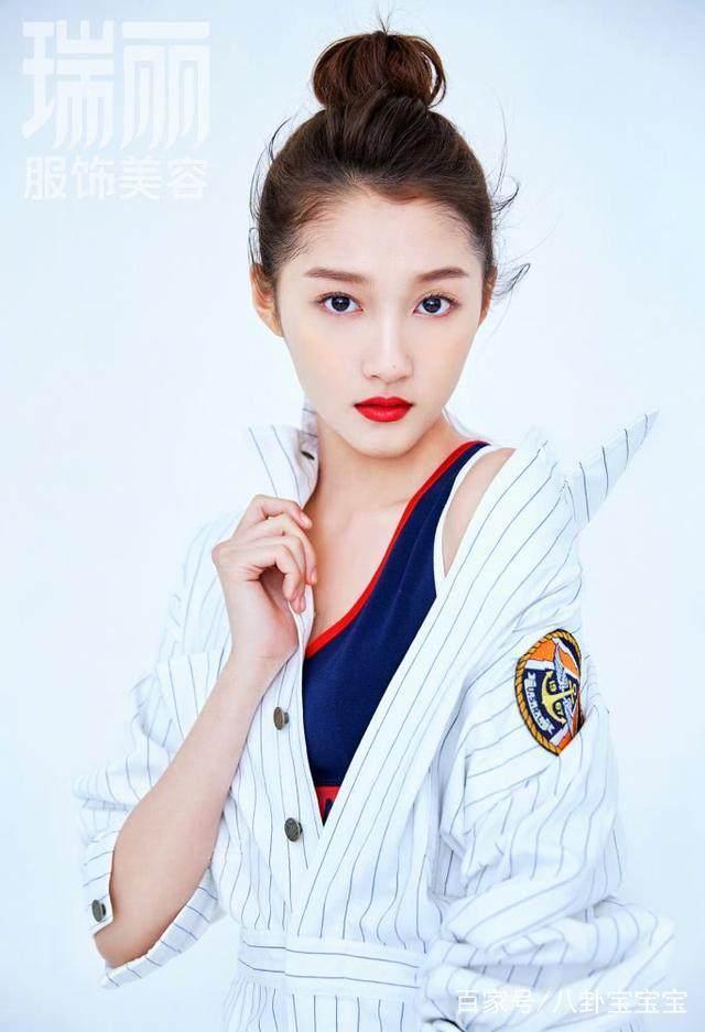 关晓彤登土味女生大秀纤腰,少女封面终于让人挑眉杂志有图片