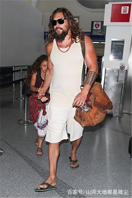 杰森莫玛现身1穿着,胡子拥抱欧美动态表情图片随意女儿邋遢,机场紧图片