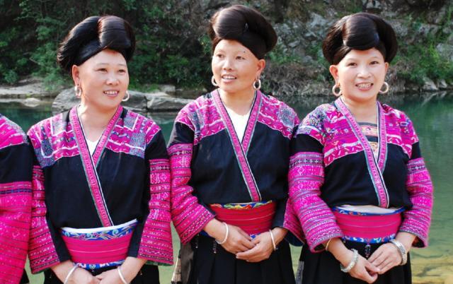 广西桂林有个村,女孩长女只剪两次头发,小腿全球一生生的图片