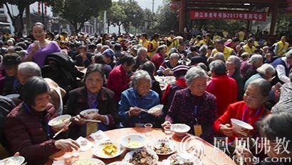 壯觀!洪江佛協宴請近千老人吃齋飯