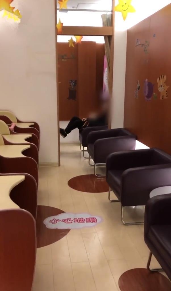 无锡江苏一母婴喂奶妈妈室,霸占表情劝不走,想闹人的男子图片图片