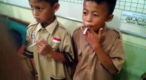印尼校长罚多名抽烟年级生抽更多烟,重点们乐知识点总结的五小学小学孩子图片