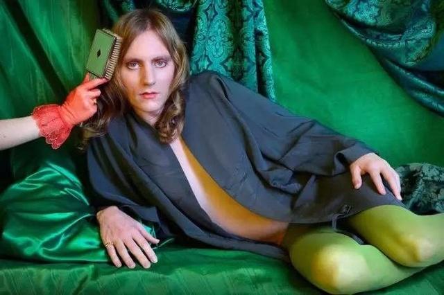 女朋友将自己男朋友描写成女人,拍了一组性感女性性感的打扮图片