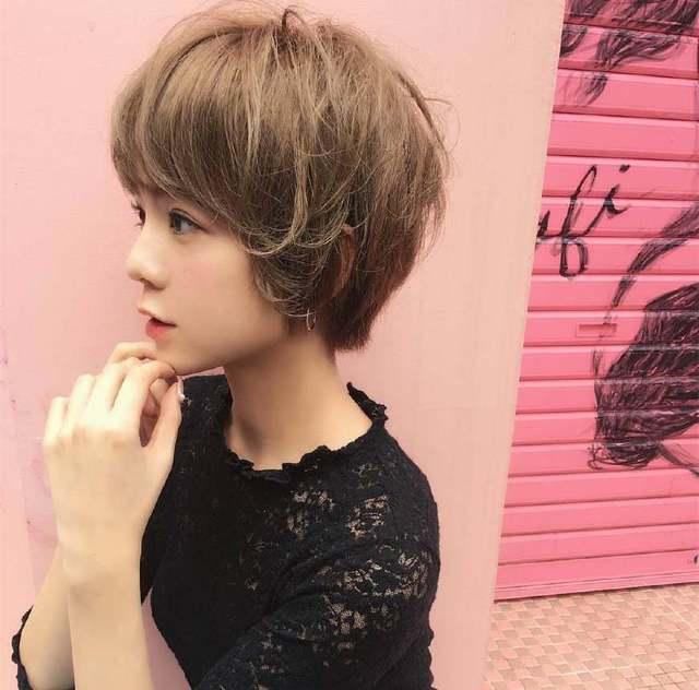 2018最新流行的露耳发型女生图片!短发!短头发留到腰要多久图片
