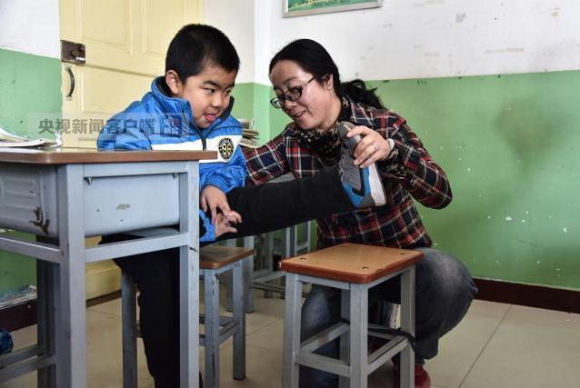 感動!最美女教師4年跪地千次照顧患病學生
