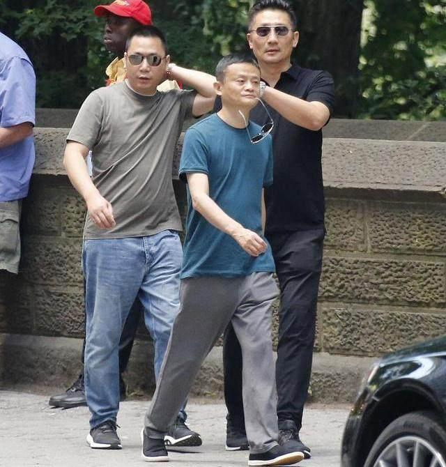 """霸气马云现身纽约街头,赵薇老公做""""保镖"""""""