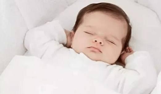 好头型是睡出来,短发多大睡枕头?中宝宝一个弯图片